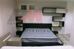 Спалня с етажерки на стената